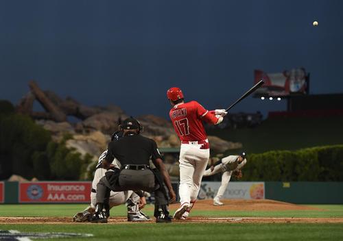 2回裏エンゼルス1死、大谷は先制の4号本塁打を放つ