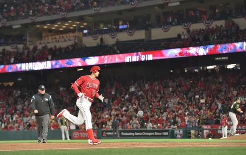 エンゼルス対アスレチックス 2回裏エンゼルス2死、中越えに本塁打を放ち大歓声を受けながらダイヤモンドを回る大谷