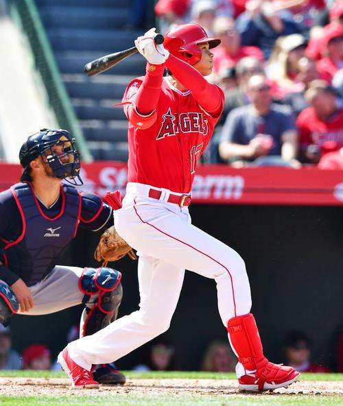エンゼルス対インディアンス 5回裏エンゼルス無死一塁、2戦連発となる本塁打を中越えに放つ大谷