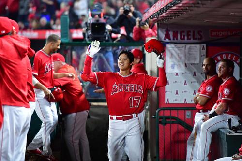 エンゼルス対インディアンス 1回裏2死二、三塁、メジャー初本塁打を放ちベンチに戻った大谷だが、チームメートからサイレントトリートメントの洗礼を受ける