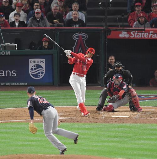 エンゼルス対インディアンス 1回裏エンゼルス2死二、三塁、大谷は右越えにメジャー初本塁打を放つ