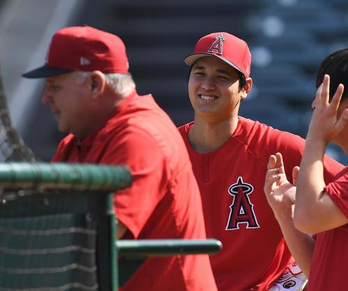 エンゼルス対レンジャーズ 試合前、打撃練習の合間にソーシア監督(左)と笑顔で話すエンゼルス大谷(撮影・菅敏)