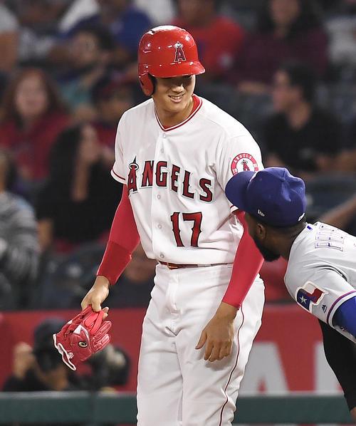エンゼルス対レンジャーズ 4回裏エンゼルス無死二塁、右前に同点の適時打を放ち、笑顔を見せるエンゼルス大谷(撮影・菅敏)
