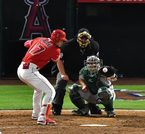 エンゼルス対アスレチックス 6回裏エンゼルス1死一塁、フルカウントからボールを見送るエンゼルス大谷(撮影・菅敏)