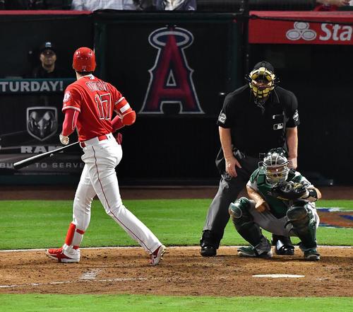 エンゼルス対アスレチックス 6回裏エンゼルス1死一塁、フルカウントからボールを見送り、一塁に向かいかけるエンゼルス大谷(撮影・菅敏)