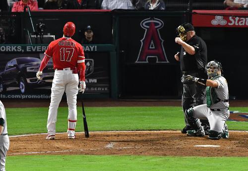 エンゼルス対アスレチックス 6回裏エンゼルス1死一塁、エンゼルス大谷翔平は、フルカウントからボールを見送り一塁に向かいかけるが、判定はストライクで三振(撮影・菅敏)