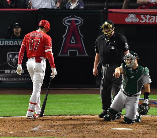 エンゼルス対アスレチックス 6回裏エンゼルス1死一塁、エンゼルス大谷翔平は見逃し三振に倒れ、首をかしげながら引き揚げる(撮影・菅敏)