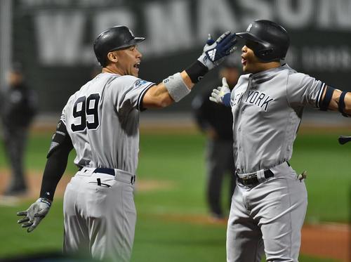 地区シリーズ第2戦レッドソックス対ヤンキース 1回表ヤンキース無死、先頭打者本塁打を放ち、ナインと喜ぶヤンキース・ジャッジ(左)(撮影・菅敏)