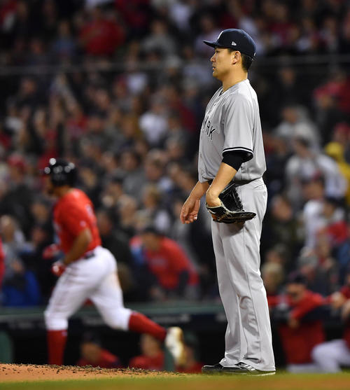地区シリーズ第2戦レッドソックス対ヤンキース 4回裏レッドソックス1死、ボガーツに本塁打を打たれ、浮かない表情を見せるヤンキース田中(撮影・菅敏)