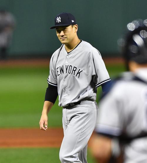 レッドソックスとの地区シリーズ第2戦に先発し、5回の投球を終え、笑みを浮かべながらベンチに戻るヤンキース田中(撮影・菅敏)
