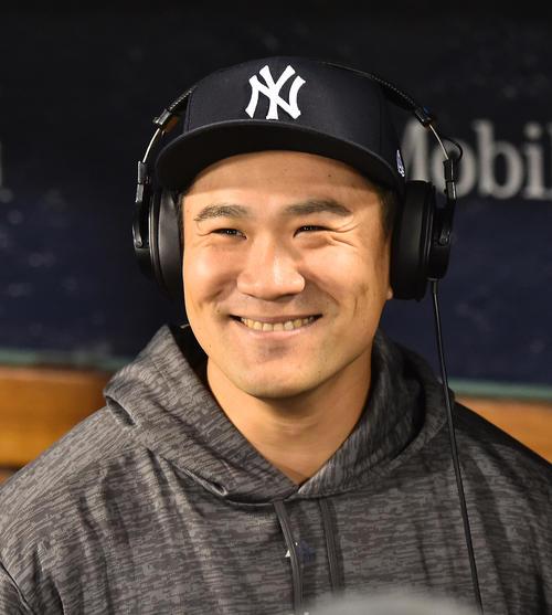 レッドソックスとの地区シリーズ第2戦に先発し、5回を3安打1失点に抑え今ポストシーズン初勝利を挙げたヤンキース田中は、テレビのインタビューで笑顔を見せる(撮影・菅敏)