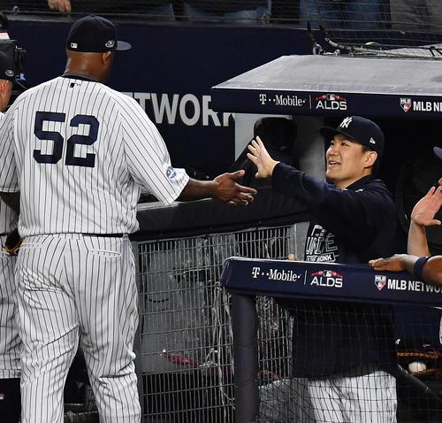 レッドソックスとの地区シリーズ第4戦に先発し、初回の投球を終えたサバシア(左)をタッチで迎えるヤンキース田中(撮影・菅敏)