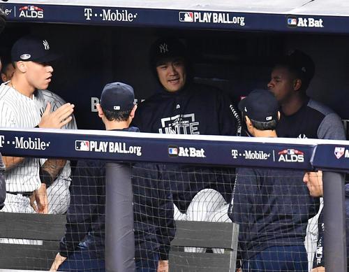 地区シリーズ第4戦ヤンキース対レッドソックス 試合開始直前、ベンチでナインと気合を入れるヤンキース田中(撮影・菅敏)