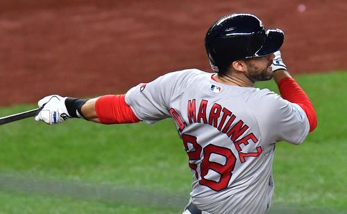 地区シリーズ第4戦ヤンキース対レッドソックス 3回表レッドソックス無死一、三塁、先制の犠飛を放つレッドソックス・マルティネス(撮影・菅敏)