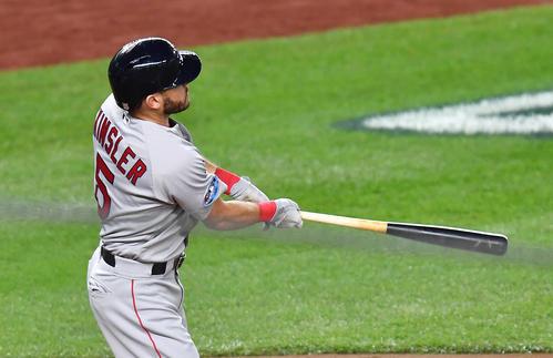 地区シリーズ第4戦ヤンキース対レッドソックス 3回表レッドソックス2死三塁、左へ適時二塁打を放つレッドソックス・キンズラー(撮影・菅敏)