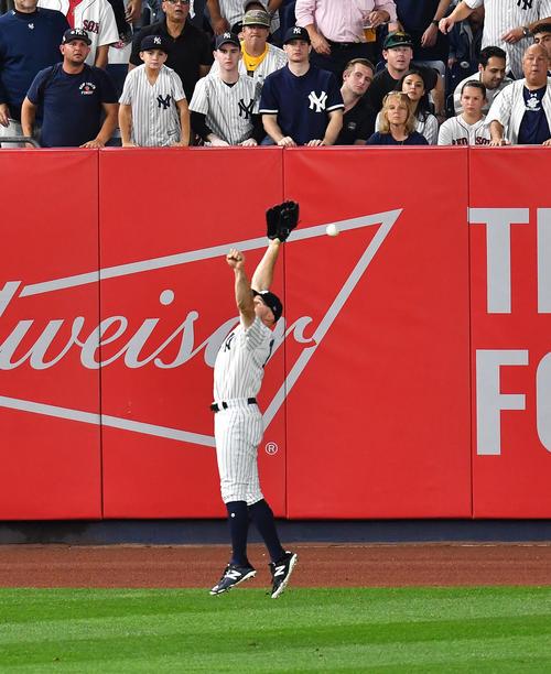 地区シリーズ第4戦ヤンキース対レッドソックス 3回表レッドソックス2死三塁、レッドソックス・キンズラーの打球にジャンプするも捕り逃し、適時二塁打とするヤンキース・ガードナー(撮影・菅敏)