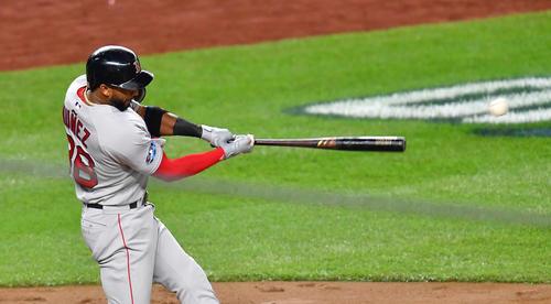 地区シリーズ第4戦ヤンキース対レッドソックス 3回表レッドソックス2死二塁、左へ適時打を放つレッドソックス・ヌネス(撮影・菅敏)
