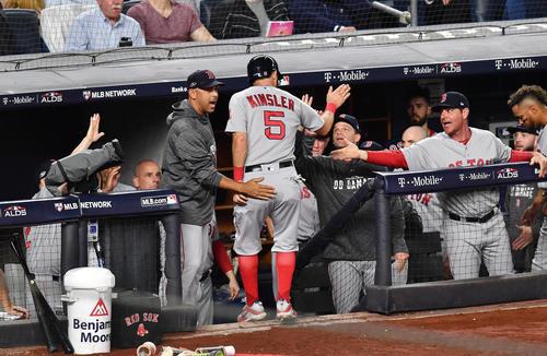 地区シリーズ第4戦ヤンキース対レッドソックス 3回表レッドソックス2死二塁、ヌネスの適時打で二塁から生還し、コーラ監督(中央左)らに迎えられるレッドソックス・キンズラー(撮影・菅敏)