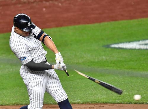 地区シリーズ第4戦ヤンキース対レッドソックス 4回裏ヤンキース1死二塁、バットを折られ、二ゴロに倒れるヤンキース・スタントン(撮影・菅敏)