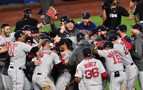 ヤンキースを破り、リーグ優勝決定戦に進出し、喜びを爆発させるレッドソックスナイン(撮影・菅敏)