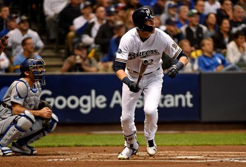 1回、先制のソロ本塁打を放つブルワーズのイエリチ(ロイター)