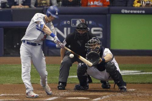 2回無死一塁、右中間へ2ラン本塁打を放つドジャースのベリンジャー(AP)