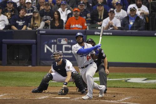 6回2死二、三塁、3ラン本塁打を放つドジャースのプイグ(AP)