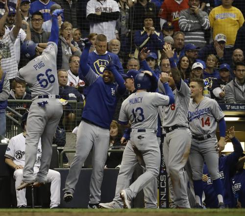 6回2死二、三塁、3ラン本塁打を放ったドジャースのプイグ(66)はナインの祝福を受ける(AP)