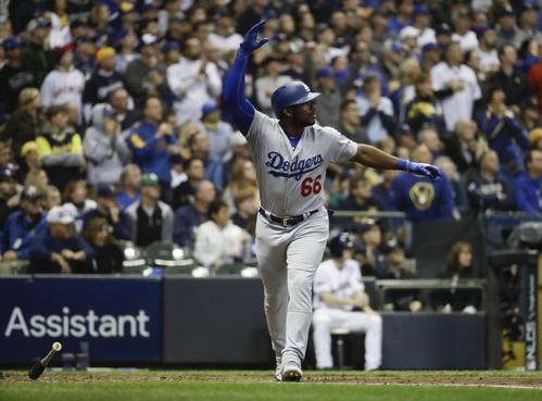 6回2死二、三塁、3ラン本塁打を放ちガッツポーズするドジャースのプイグ(AP)
