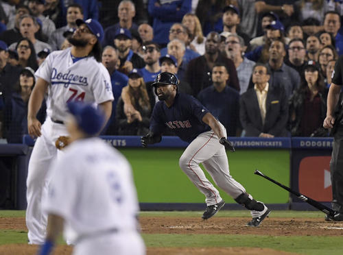 8回2死、ドジャース守護神ジャンセン(左)から同点のソロ本塁打を放つレッドソックス・ブラッドリー(AP)