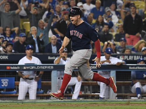 12回無死二塁、ヌネスの投安と投手の悪送球で勝ち越しのホームインをするレッドソックスのホルト(ロイター)