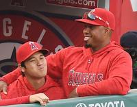 4月29日、ヤンキース戦でバルブエナ選手(右)に抱き寄せられるエンゼルス大谷(撮影・菅敏)