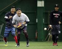 ヤンキース田中(手前)は、楽天則本昂(左奥)、辛島らが見つめる中、声を上げながらボールを追う(撮影・浅見桂子)
