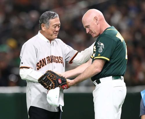 始球式を努めた村上雅則氏は捕手を務めたウィリアムズコーチと握手する(撮影・黒川智章)
