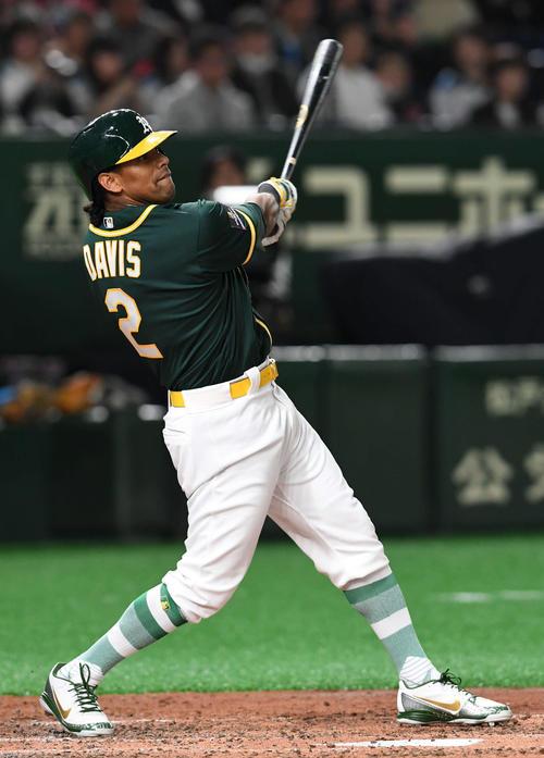 日本ハム対アスレチックス 3回表アスレチックス無死一、三塁、デービスは右翼へ適時二塁打を放つ(撮影・山崎安昭)