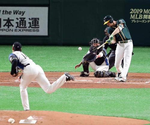日本ハム対アスレチックス 3回表アスレチックス無死二、三塁、ピスコッティは右前適時打を放つ。投手有原(撮影・浅見桂子)