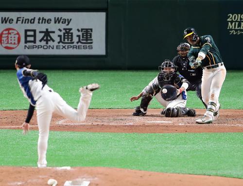 日本ハム対アスレチックス 5回表アスレチックス2死一、二塁、ロレアノを空振り三振に仕留める金子(撮影・浅見桂子)