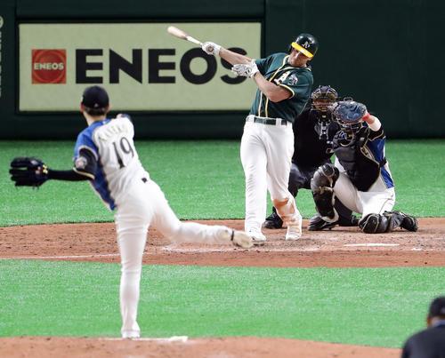 日本ハム対アスレチックス 6回表アスレチックス2死一塁、オルソンを空振り三振に仕留める金子(撮影・浅見桂子)