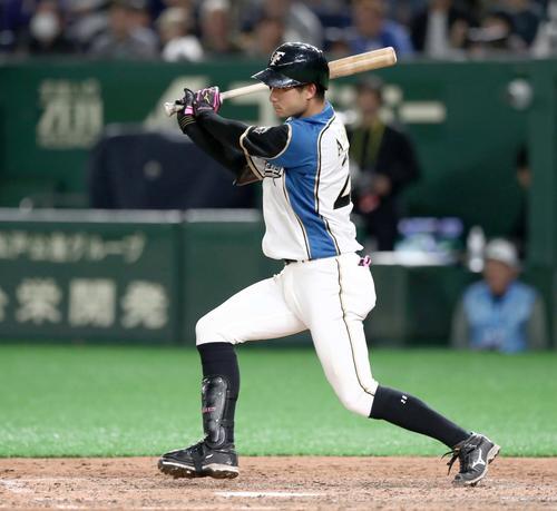 日本ハム対アスレチックス 7回裏日本ハム2死二塁、中前適時打を放つ浅間(撮影・黒川智章)