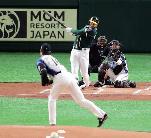日本ハム対アスレチックス 1回表アスレチックス無死、グロスマンは三塁打を放つ。投手有原(撮影・浅見桂子)
