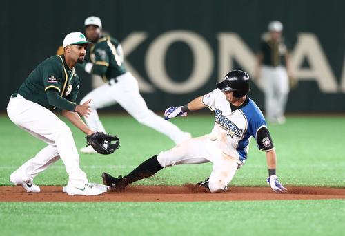日本ハム対アスレチックス 1回裏日本ハム2死一塁、盗塁を決める大田(撮影・黒川智章)