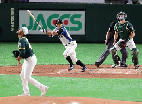 日本ハム対アスレチックス 2回裏日本ハム2死、田中賢は右二塁打を放つ。投手ソリア(撮影・浅見桂子)