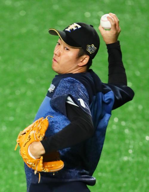 試合前、キャッチボールする日本ハム斎藤(撮影・足立雅史)