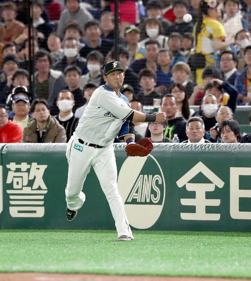 日本ハム対アスレチックス 4回表アスレチックス2死一塁、失策の間に本塁に突入するセミエンを本塁で刺す中田(撮影・黒川智章)