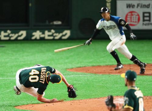 日本ハム対アスレチックス 6回裏日本ハム無死一塁、石井のライナーが足に当たり転倒するバジット(撮影・足立雅史)