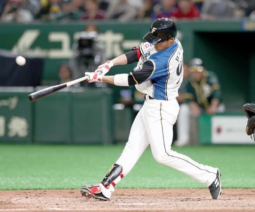 日本ハム対アスレチックス 6回裏日本ハム無死一、三塁、右越え適時二塁打を放つ王柏融(撮影・黒川智章)