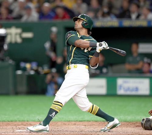 日本ハム対アスレチックス 9回表アスレチックス2死一、二塁、左越え3点本塁打を放つデービス(撮影・黒川智章)