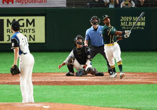日本ハム対アスレチックス 9回表アスレチックス2死一、二塁、左越え3点本塁打を放つデービス。投手石川直(撮影・足立雅史)