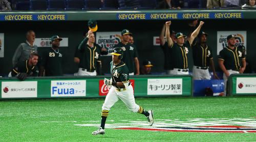 日本ハム対アスレチックス 9回表アスレチックス2死一、二塁、左越え3点本塁打を放ったデービス(撮影・足立雅史)