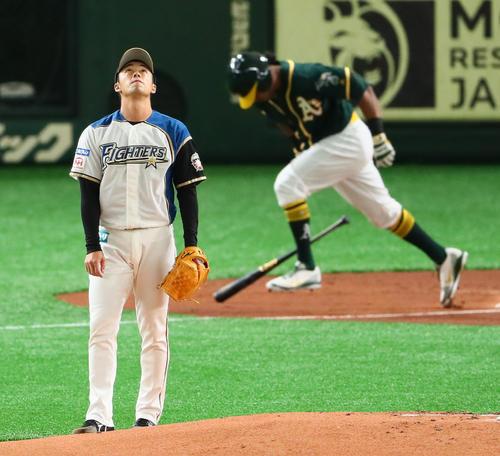 日本ハム対アスレチックス 1回表アスレチックス2死一塁、斎藤はデービスの中飛となる打球を見つめる(撮影・足立雅史)